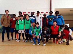 Alumnos de la Escuela de Fútbol 'Sandro Marques', junto a inmigrantes del CETI, esta tarde en el colegio Beatriz de Silva