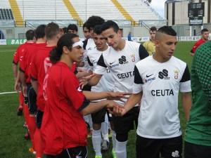 Los jugadores del Ceutí y la AD San José de saludan antes del partido del curso pasado en el Murube