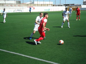 Hosni conduce el balón en el partido disputado por el Ceuta en el municipal de La Palma