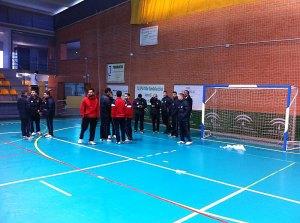 Los jugadores de la UA Ceutí FS, esperando que la pista fuera secada para poder disputar el partido
