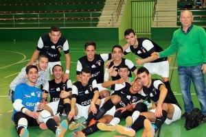 Pedro Bermúdez, junto a sus jugadores, tras proclamarse campeones de la Liga local juvenil de fútbol sala el pasado fin de semana
