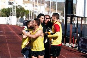 Asián celebra con los jugadores del banquillo el tanto del posterior triunfo en San Roque