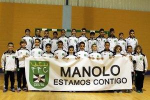 Los jugadores de las dos selecciones, dando su apoyo a Manolo Luque