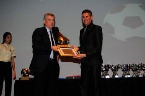 García Gaona, entregando una placa de reconocimiento a Villa en su visita a Ceuta en 2017