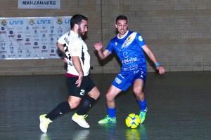 Manu Orellana disputa un balón con un jugador del Manzanares durante el choque de este sábado