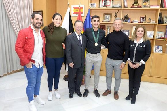 Nacho Torres, junto a Juan Vivas, Lorena Miranda y algunos familiares, este jueves en el Palacio de la Asamblea