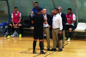 Santi Valladares, discutiendo con uno de los árbitros durante el Ceutí - Ciudad de Móstoles de este sábado