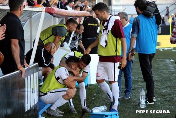 Jugadores del Ceuta, desconsolados tras caer eliminados en el 'play off' por el Prat