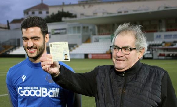 Nicolás Rodríguez muestra la ficha de Mikel Merino cuando jugó con los prebenjamines del Natación Ceuta