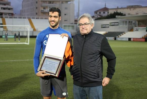 Mikel Merino, con la placa que le ha entregado el presidente del natación Ceuta, Nicolás Rodríguez