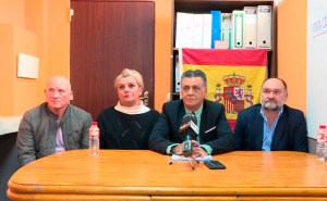 Antonio León -segundo por la derecha-, junto a miembros de su junta directiva