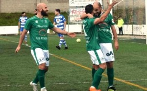Prieto, felicitado por sus compañeros tras marcar uno de sus goles ante el Arroyo