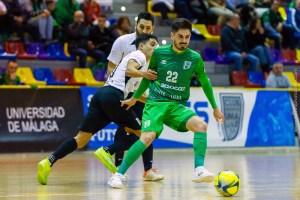 Anuar disputa un balón con el jugador del UMA Antequera Raúl Canto