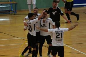 Rubén, felicitado por sus compañeros tras marcar uno de sus goles