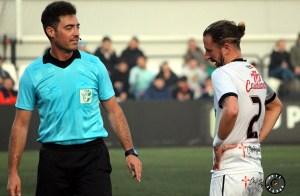 David Polaco, junto al árbitro, durante el Ceuta - Utrera del pasado domingo en el Murube