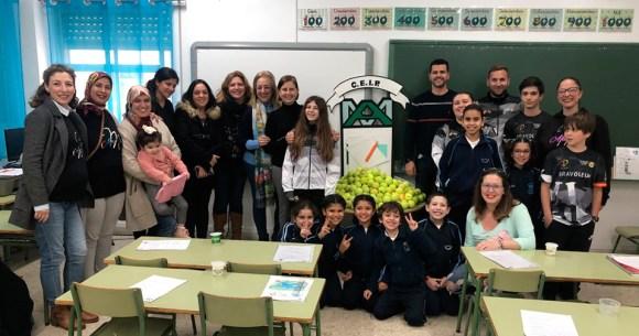 Profesores y miembros de la AMPA del 'Andrés Manjón', junto a representantes de la Federación de Tenis de Ceuta