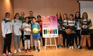 Younes Mohamed y deportistas de distintas federaciones, junto al cartel de 'Somos Deporte Femenino'