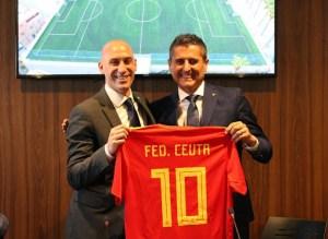 García Gaona entrega una camiseta de recuerdo a Rubiales durante la última visita de este a Ceuta