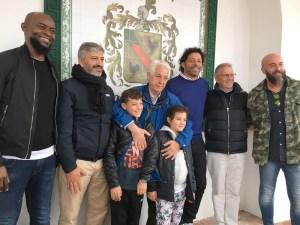 Barrientos, en el centro junto a sus nietos, durante el homenaje que recibió en Ceuta en 2018