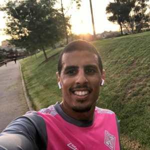 El jugador del Plama Futsal, ejercitándose en la calle