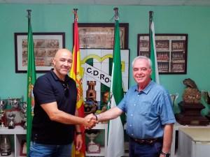 Paco Peña, junto al presidente el CD Rota, tras rubricar su compromiso para la próxima temporada