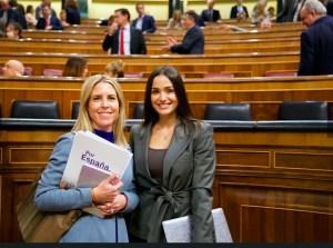 La diputada de Vox Teresa López -izquierda-, en el Congreso de los Diputados