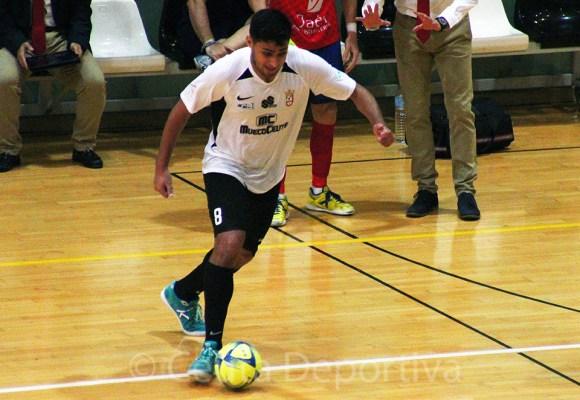 We Casas, con el balón, durante el partido de esta temporada ante el Mengíbar en el Molina