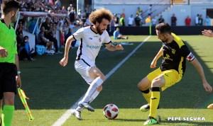 Willy intenta zafarse de un jugador del Prat en el partido de vuelta del último 'play off' disputado por el Ceuta