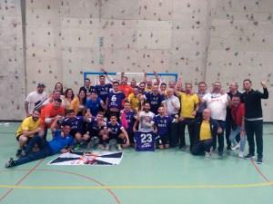 Jugadores, técnicos, directivos y aficionados ceutíes celebran el ascenso sobre la pista de La Rosaleda