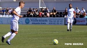 Álex Sánchez conduce el balón durante un partido de la AD Ceuta FC en la pasada temporada