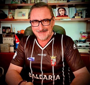 Carlos Herrera, durante su programa, con la segunda camiseta de la AD Ceuta FC