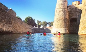Kayaks navegando por el Foso de San Felipe de Ceuta