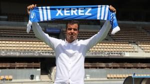 José Pérez Hererra, con una bufanda del Xerez DFC, en el estadio Chapín