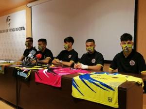 Los cinco huevos jugadores del Polillas, con las nuevas equipaciones del equipo ceutí