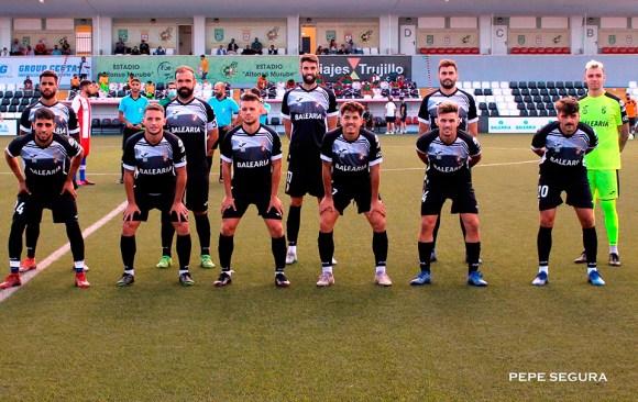 Jugadores de la AD Ceuta FC guardan la distancia para ser fotografiados antes del partido ante el Algeciras