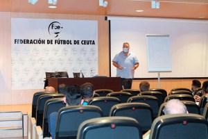 Carlos Martínez, en un momento de la charla a los integrantes de la UA Ceutí / Foto: FFCE