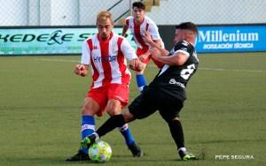 David Hinojosa disputa el balón con el algecirista Raúl Hernández
