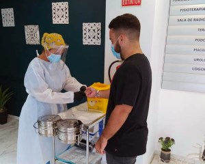 Manu Orellana, del Ceutí, pasando un test de detección del coronavirus en esta pretemporada
