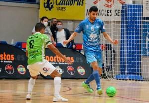 Tuli, con el balón, presionado por Hamza en el partido de este martes en Peñíscola