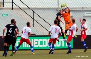 El 'Gato' Romero atrapa el baló en el Ceuta - Algeciras de esta pretemporada