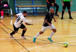 Saúl Olmo, que regresa tras cumplir sanción, presiona a un jugador del Talavera en el choque de la pasada temporada