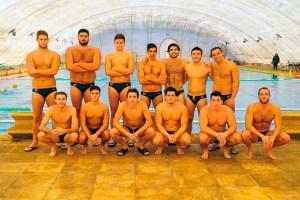Los jugadores del CN Caballa, antes de comenzar su partido de este domingo en la piscina del CN Montjuic