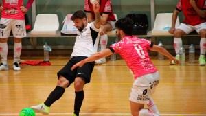 Saúl Olmo golpea el balón durante el partido del pasado sábado ante el Noia Portus Apostoli