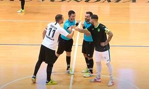 Los capitanes de Ceutí y Leganés saludan a la pareja arbitral