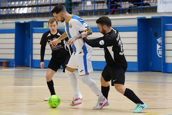 Manu Orellana encima a un jugador del Leganés ante la mirada de Santi