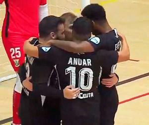 Jugadores del Ceutí celebran el gol de Santi en la primera mitad del partido
