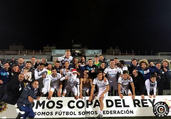 Los integrantes del Ceuta celebran su histórica clasificación ante el Numancia