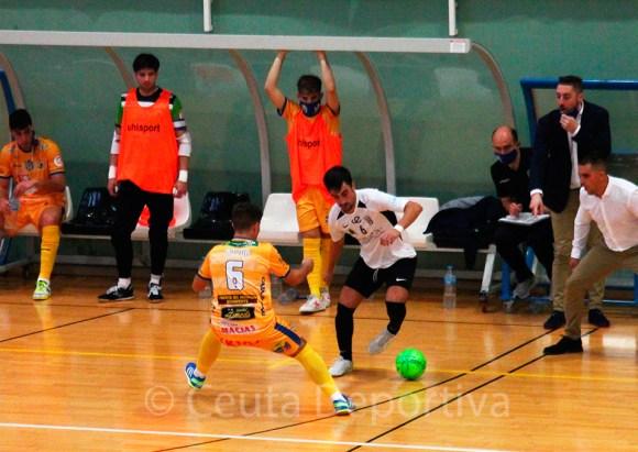 Rubén en cara a un jugador del Benavente en el partido de la primera vuelta