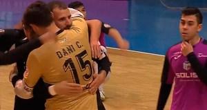 Dani Cabezón abraza a Sufi tras anotar el 0-2