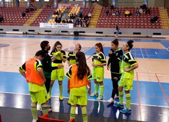 Jesús Villatoro, dando instrucciones a sus jugadoras en el pabellón 'Vista Alegre'